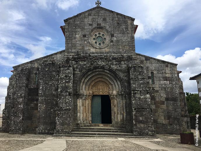 Auf diesem Foto sieht man die Igreja Romanica Sao Pedro de Rates, ein kulturelles Highlight auf dem Camino Portugues Central.