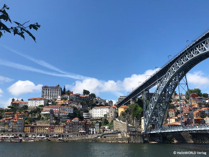 """Hier sieht man die Brücke """"Ponte Dom Luis I"""", die in Porto über den Fluss Douro führt."""