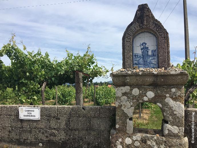 Auf diesem Bild vom portugiesischen Jakobsweg sieht man ein in ein Mauerwerk gebettetes Bild von Jakobus.