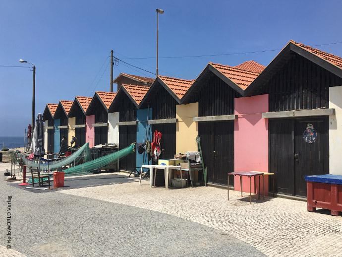 Auf diesem Foto sieht man bunte Fischerhütten im Fischerdorf Vila Cha, Portugal.