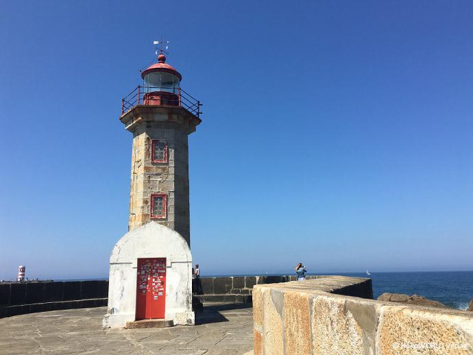 Hier sieht man den alten Leuchtturm bei Porto bei strahlend blauem Himmel.