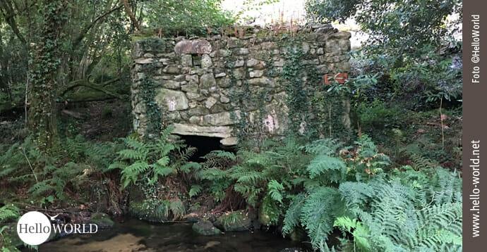 Auf dem Caminho Portugues, entlang der Ruta de la Piedra y del Agua, steht diese Ruine einer alten Steinmühle am Fluß.
