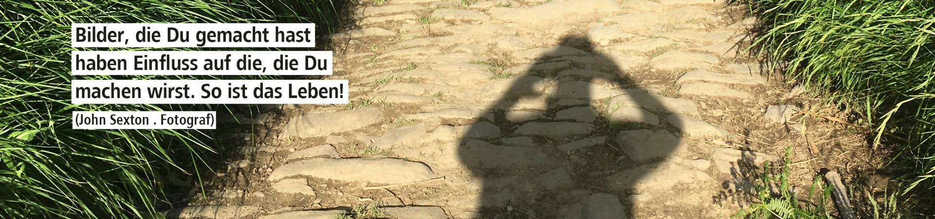 Dieses Bild zeigt einen Schatten von Nico wie er ein Foto von einem Weg mit Pflastersteinen macht