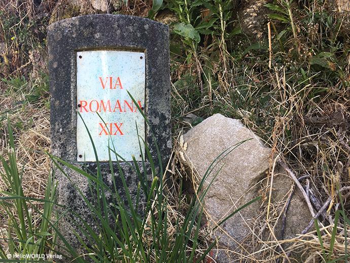 Auf diesem Bild sieht man einen alten Grenzstein mit der Aufschrift Via Romana XIX, entlang der der Camino da Braga führt.