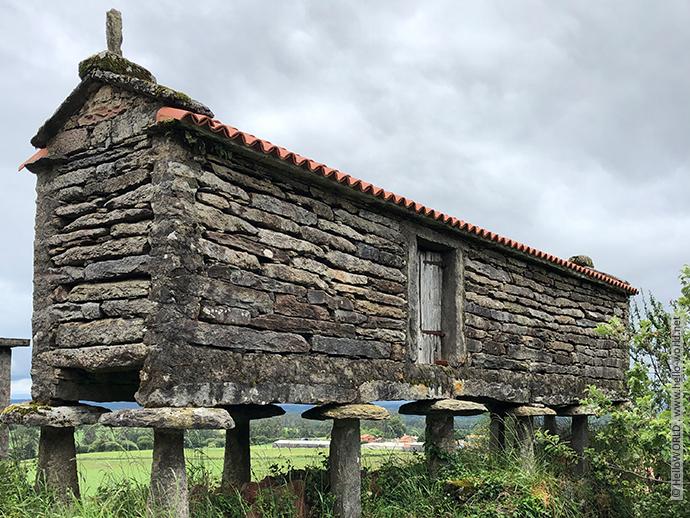 Hier sieht man einen alten steinernen Kornspeicher, auch Horreo genannt, der typisch für Galicien ist.