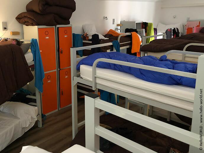 Das Bild zeigt den Schlafsaal einer Unterkunft auf dem Jakobsweg Camino Finisterre.