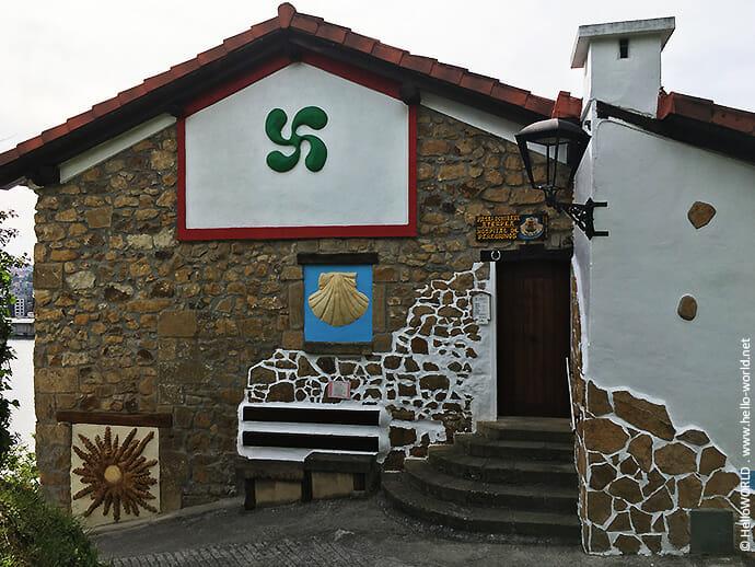 Auf diesem Bild sieht man den Eingang zur Pilgerherberge in Pasai Donibane auf dem Jakobsweg Camino del Norte.