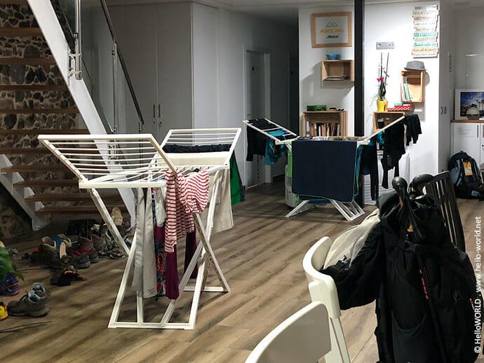 Auf diesem Bild sieht man Wäscheständer in einer Herberge.