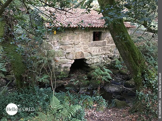 Gut erhaltenes Steinmühlengebäude im Armenteira-Tal