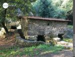 Gut erhaltene Steinmühle am Wasserlauf des Rego da Armenteira