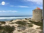 Hingucker: Steinmühle an Portugals Küste
