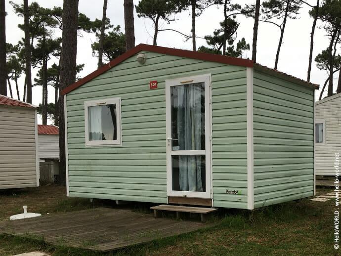 Hier sieht man eine Hütte auf einem Campingplatz in Angeiras auf dem Jakobsweg Camino Portugues da Costa.