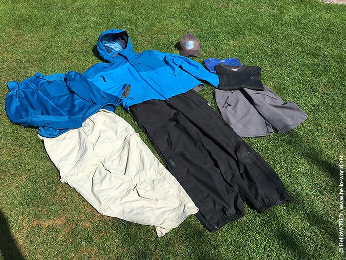 Hier sieht man Kleidungsstücke, die auf jeder Jakobsweg Packliste zu finden sind.