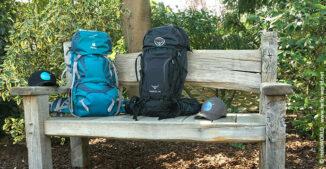 Auf diesem Bild sieht man zwei gepackte Rucksäcke für den Jakobsweg.