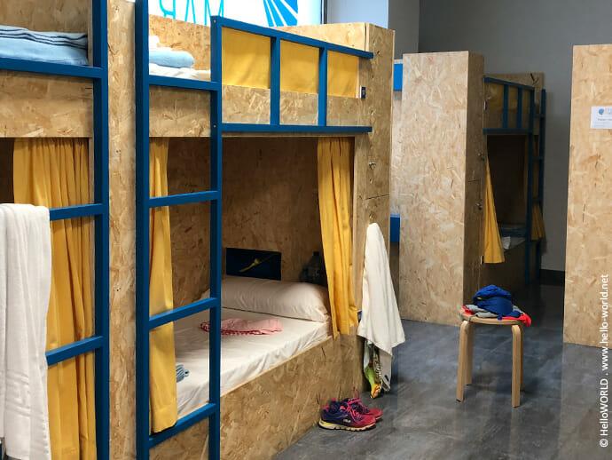 Hier sieht man den Schlafsaal einer privaten Herberge auf dem Jakobsweg Camino Portugues da Costa.