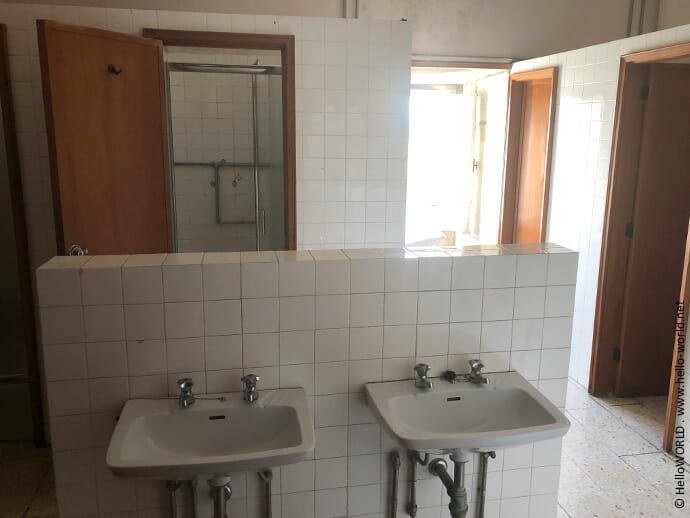 Hier sieht man ein Beispiel von einem Gemeinschaftsbad in einer öffentlichen Herberge in Portugal.