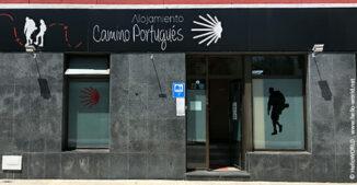 Hier sieht man die Eingangsfassade einer Jakobsweg Unterkunft in Portugal.