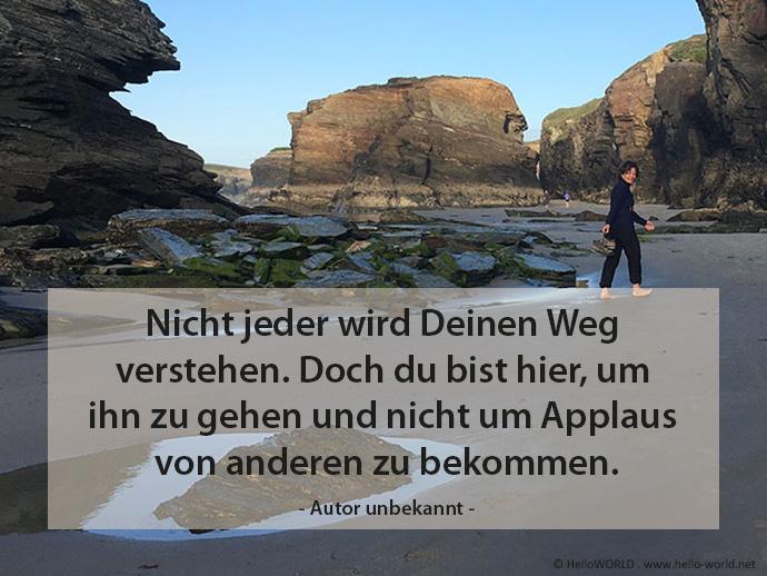 Das Bild zeigt einen Felsenstrand mit einer Frau und einem Zitat zum Thema den Weg gehen.