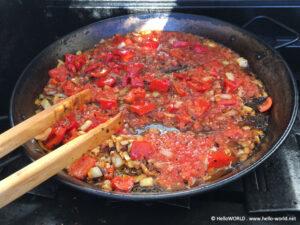 Hier sieht man die Zubereitung einer Paella vom Camino del Norte