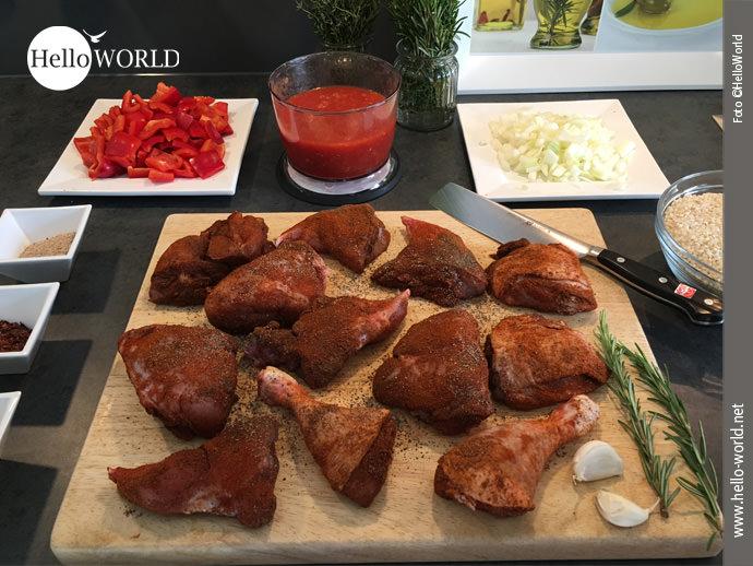Paella, die kulinarische Erinnerung an den Jakobsweg Camino del Norte: Das Bild zeigt alle für die Paella á la HelloWorld vorbereiteten Zutaten. Vorne im Bild die Schlegel.