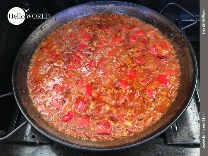Paella, die kulinarische Erinnerung an den Jakobsweg Camino del Norte: Wenn der Fond langsam einkocht, bildet sich eine erste Patina am Rand der Pfanne.