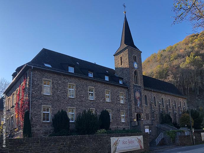 Das Bild zeigt das Kloster Maria Engelport zwischen Treis-Karden und Bullay.