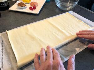 Das Bild zeigt wie der Blätterteig für die Pasteis de Belem gerollt wird.