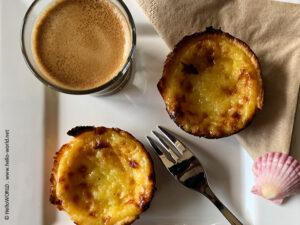Hier sieht man eine Kaffeetafel mit Pasteis de Nata.
