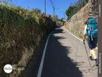 Pilgerreise durch schmale Gassen von Dorf zu Dorf