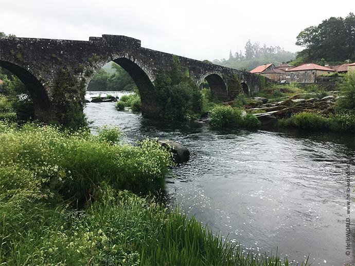 Das Bild zeigt die mittelalterliche Brücke Ponte Maceira in Galicien.
