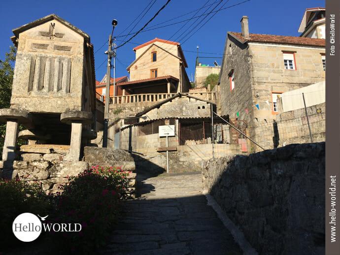 Bergaufwärts führt der Caminho Portugues durch Dörfer