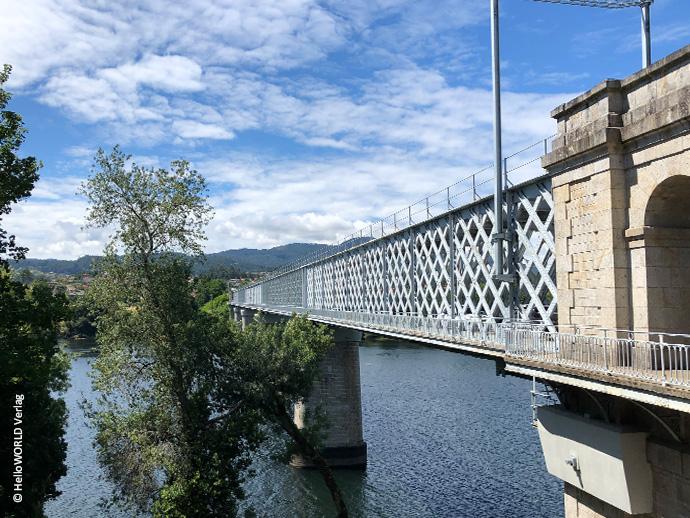 Das Foto zeigt die Ponte Internacional – die internationale Brücke -, die über den portugiesisch-spanischen Grenzfluss Mino führt.