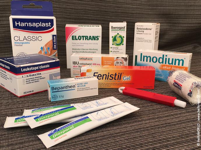 Auf dem Bild sieht man verschiedene Medikamente, die Teil der Ausstattung für den Jakobsweg sind.