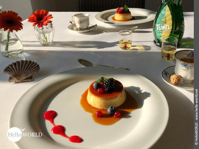Der gedeckte Tisch mit dem Dessertklassiker von der spanischen Nordküste.