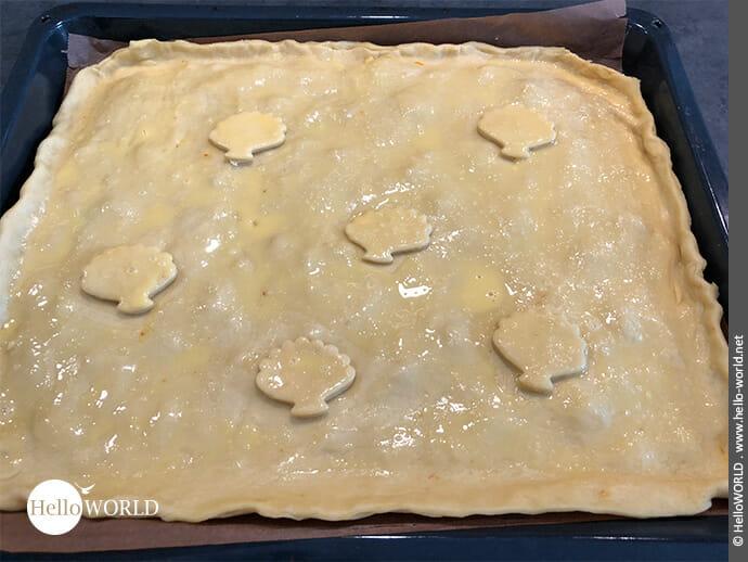 Hier sieht man die Empanada, deren Deckel mit Muscheln verziert und Ei bestrichen ist.