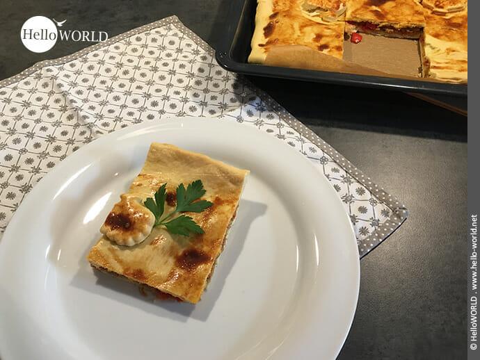 Hier sieht man ein Stück Empanada mit Thunfisch, deren Rezept wir vom Camino del Norte mitgebracht haben.