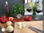 Frisches Gemüse für die Füllung der Empanada klein schneiden