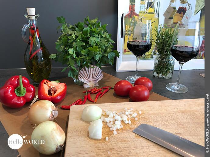 Hier sieht man das Gemüse, das für das Rezept Empanada á la Camino del Norte geschnitten werden muss.