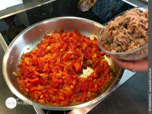 Hier sieht man wie laut Rezept zur Füllung der Empanada noch Thunfisch dazu kommt, was typisch für die Region beim Camino del Norte ist.