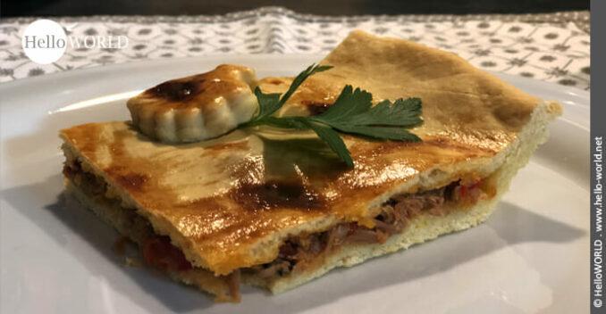 Hier sieht man ein Stück Empanada mit Thunfisch nach einem Rezept vom Camino del Norte.