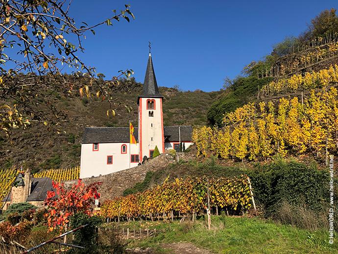 Hier ist die alte St. Michaelskirche in Alken an einem sonnigen Herbsttag im Bild,