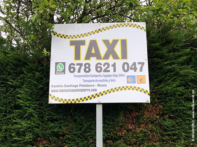 Hier sieht man ein Werbeschild eines Taxiunternehmens auf dem Camino Santiago de Compostela - Finisterre.