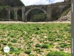 Brückenkunst am Playa Rueta im Norden Spaniens