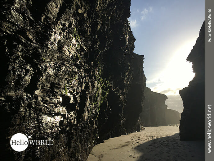 Gewaltige Schieferfelsen prägen den Praia das Catedrais