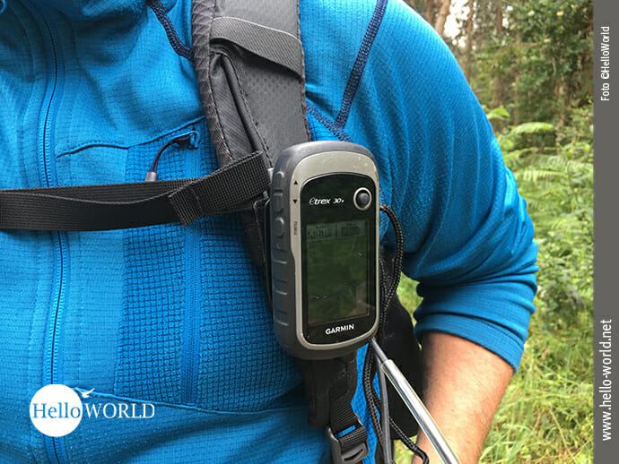 Das Bild zeigt einen Mann mit einem GPS-Gerät an der spanischen Nordküste.