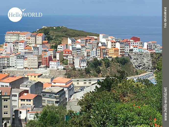 Auf diesem Foto von der fünften Camino del Norte Etappe sieht man Häuser des Fischerdorfs Malpica.