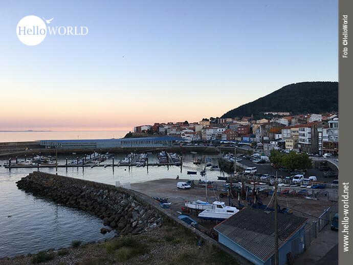 Das Bild von der spanischen Nordküste zeigt den Hafen von Finisterre bei Sonnenuntergang.