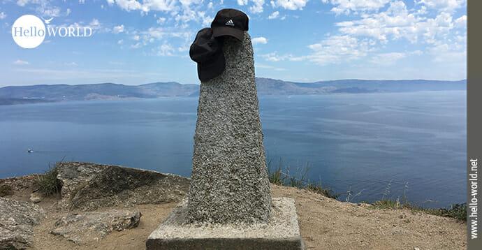 Das Bild von der spanischen Nordküste zeigt den Null-Kilometer-Stein des Jakobsweges in Finisterre.