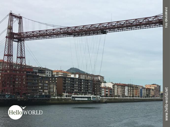 Das Bild zeigt die Biskaya-Brücke, die älteste Schwebefähre der Welt, die man beim Wandern auf dem Jakobsweg für die Überfahrt über den Fluss benutzt.
