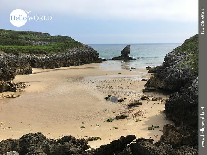 Auffällige Felsformation am Playa de Buelna